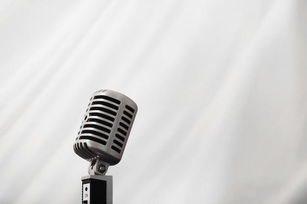 Staan met een retro microfoon. microfoon op statief. prestaties van de artiest met een vintage microfoon. scène met een microfoon.
