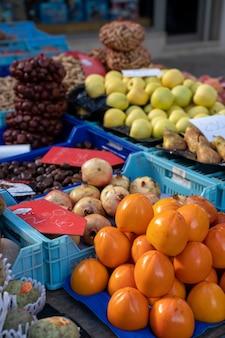 Staan met groenten en fruit in een mand op een markt in pollena in palma de mallorca spanje