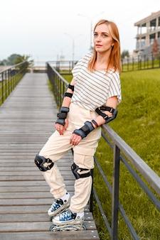 Staand full-length portret van rolschaatser. zomeractiviteiten