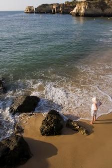 Staand op de kustlijn