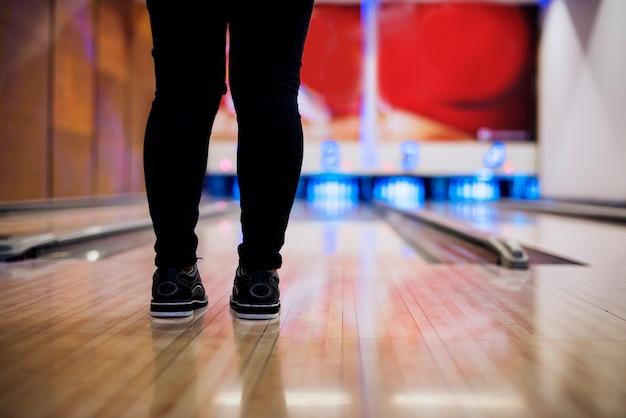 Staand voor de bowlingbaan