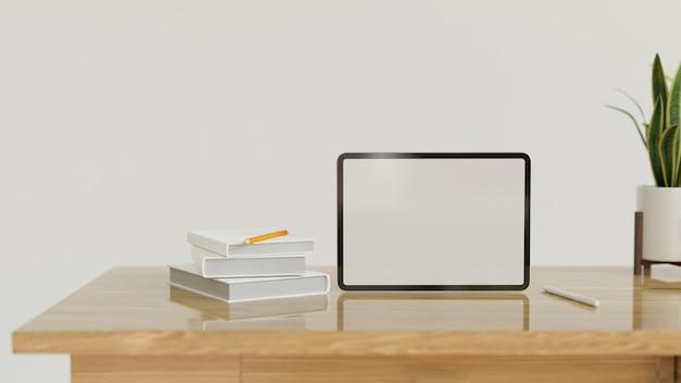 Staande tabletcomputer in leeg scherm met decor op moderne houten tafel met kopieerruimte