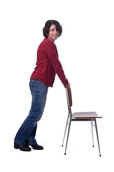 Staande vrouw met een stoel op witte achtergrond