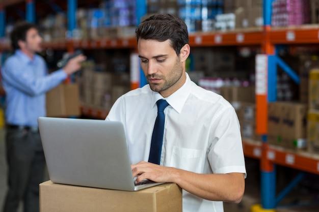 Staande zakenman werken op de computer
