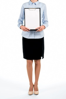 Staande zakenvrouw met leeg klembord. officiële vrouw die leeg klembord houdt. ons programma voor deze maand. kijk naar het menu.