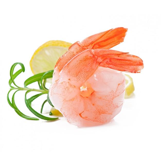 Staart twee van garnalen met verse citroen en rozemarijn op het wit