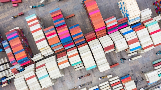 Stackers van bovenaanzicht verplaatsen containers bij een vrachtterminal, industriële containerterminal en opslagcontainers.