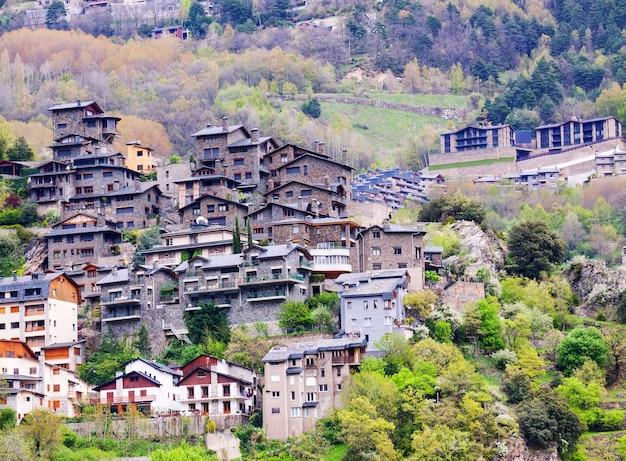 Stad bij bergen. andorra la vella