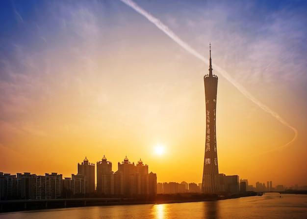 Stad bij zonsondergang met een groot gebouw