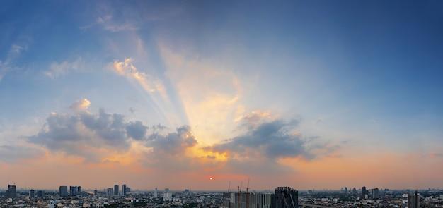 Stad bij zonsondergang met schemeringhemel