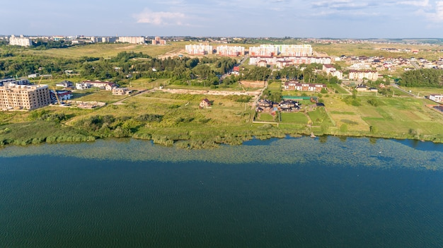 Stad bij zonsondergang vanaf de drone