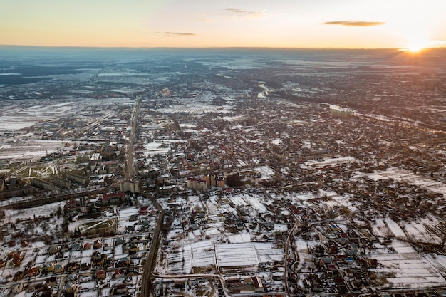 Stad buitenwijken bewolkte hemelachtergrond