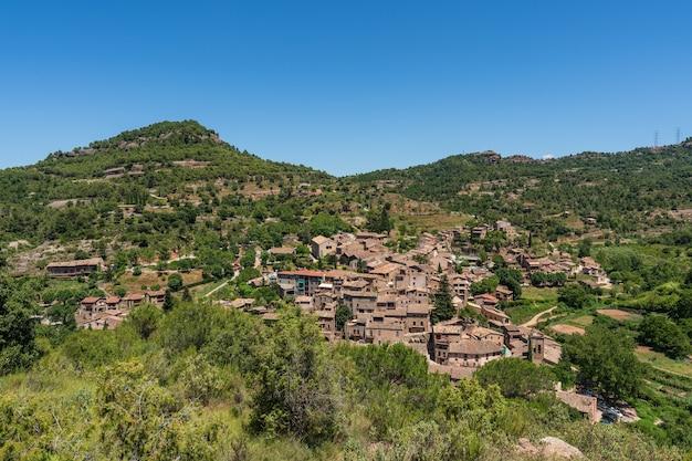 Stad in de natuur. mura is een pittoresk dorpje in de provincie barcelona, catalonië, spanje.