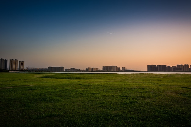Stad in de zonsondergang