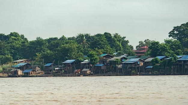 Stad langs een rivier in myanmar