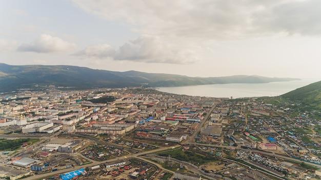 Stad magadan. winter. uitzicht op het centrale deel van de stad. rusland.