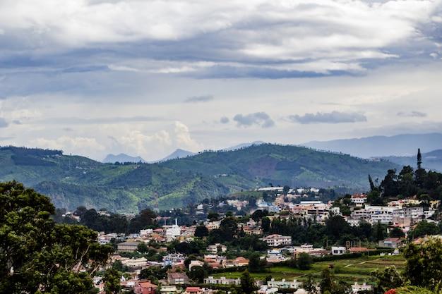 Stad met bergen op de achtergrond