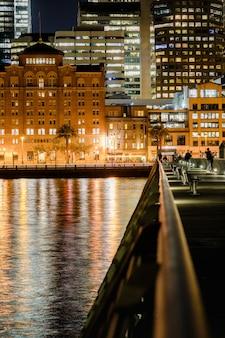 Stad met gebouwenfoto 's nachts
