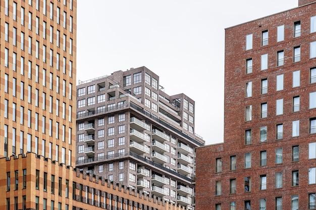 Stad met moderne wolkenkrabbers overdag