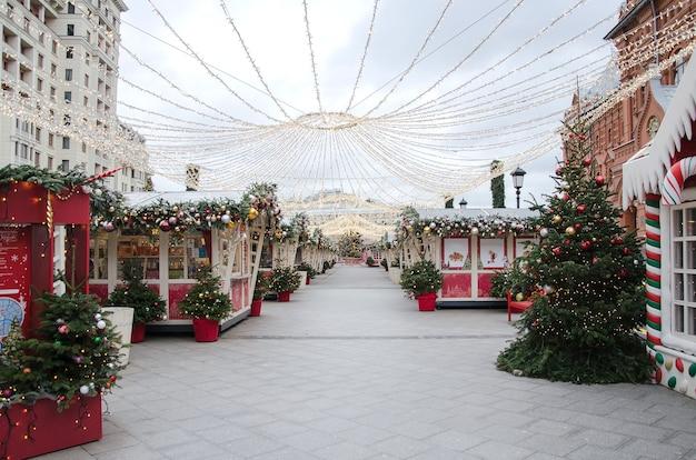 Stad new year landschappen. kerstmarkt in moskou op okhotny ryad 2020. fair landschap.