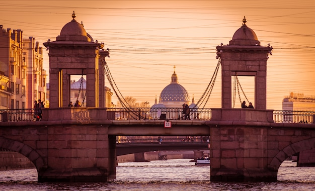 Stad rivier brug reflectie landschap in sint-petersburg, rusland, herfst fontanka rivier brug uitzicht,