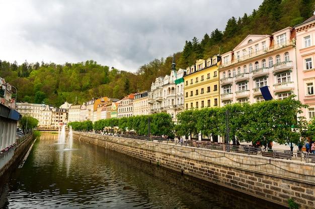 Stad rivier en stenen brug, tsjechië