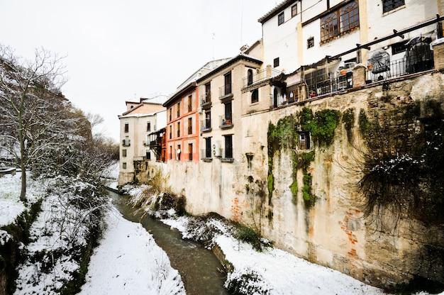 Stad rivier in de winter