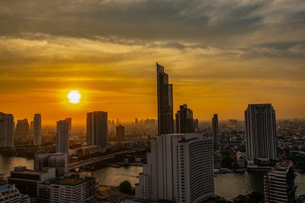 Stad scape bij rivieroever in bangkok