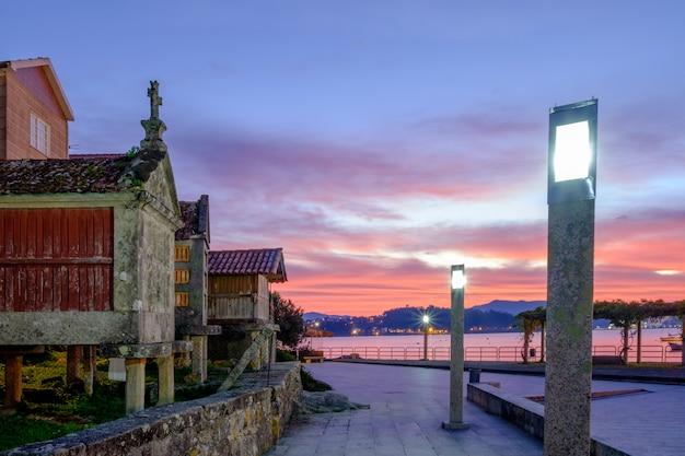 Stad van combarro bij zonsopgang, pontevedra, galicië, spanje