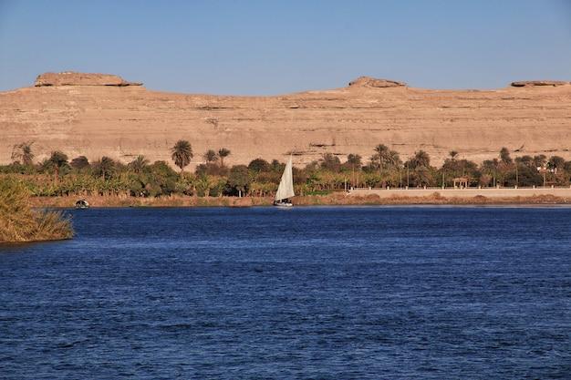Stad van el minya in de sahara aan de nijl, egypte