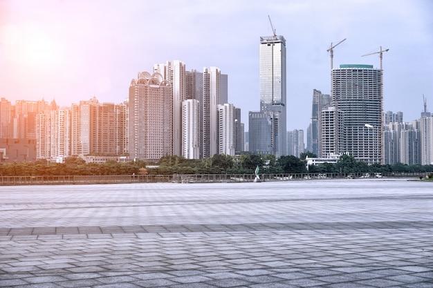 Stad wordt gebouwd bij zonsondergang