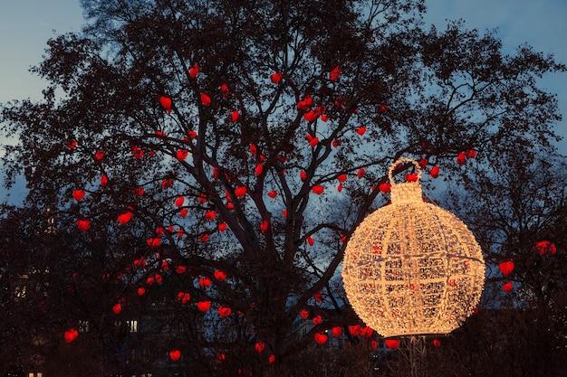 Stadhuis en park van wenen versierd voor kerstmis, boomharten