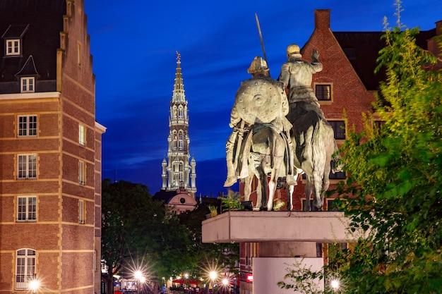 Stadhuis van brussel en spanje square, standbeelden van don quichot en sancho panza in brussel, belgië