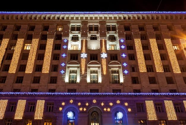 Stadhuis van kiev verlicht met kerstmis