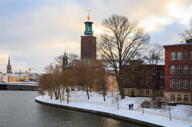 Stadhuis van stockholm bij zonsondergang schemering zweden