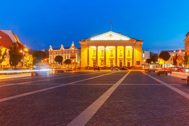 Stadhuisplein in de oude stad in de nacht van vilnius, litouwen, baltische staten
