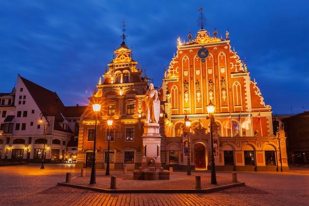Stadhuisplein van riga, huis van de mee-eters en standbeeld van st. roland