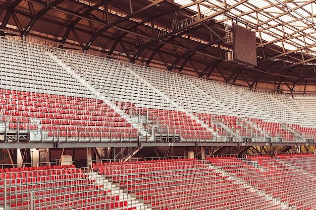 Stadion zonder toeschouwers tijdens de wedstrijd tijdens het coronavirus.