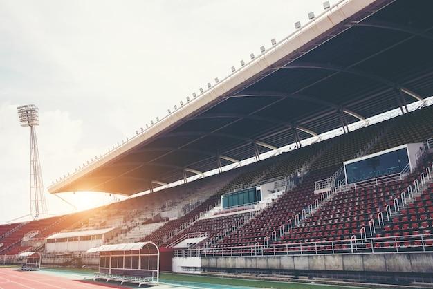 Stadionachtergrond met een groene grashoogte in de dag
