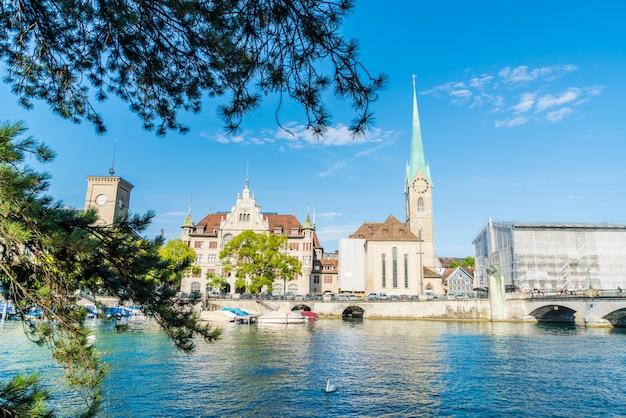 Stadscentrum van zürich met beroemde fraumunster- en grossmunster-kerken en rivier de limmat