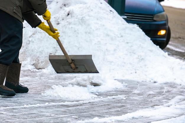 Stadsdienst die straten van sneeuw schoonmaakt met speciaal gereedschap na sneeuwval d