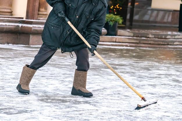 Stadsdienst maakt straten sneeuwvrij met speciaal gereedschap na sneeuwval b