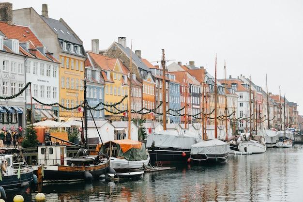 Stadsdijk met afgemeerde boten