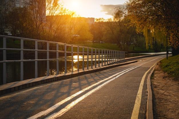 Stadsfietspad bij zonsondergang.