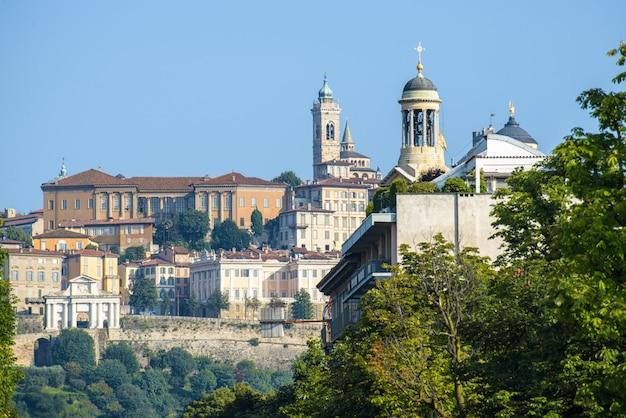 Stadsgebouwen met de santa maria maggiore-kerk