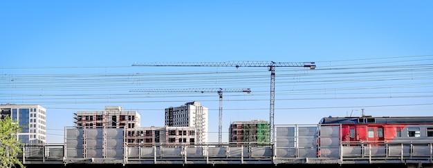 Stadsgezicht achtergrond met gebouwen en constructie in uitvoering