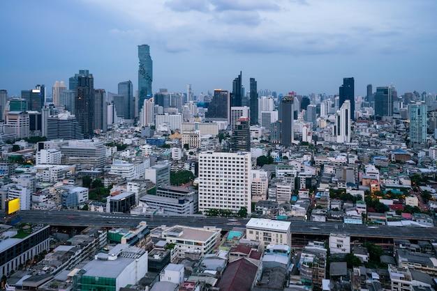 Stadsgezicht en hoogbouw in het stadscentrum van metropool