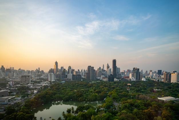 Stadsgezicht en hoogbouw in het stadscentrum van metropoolpolis