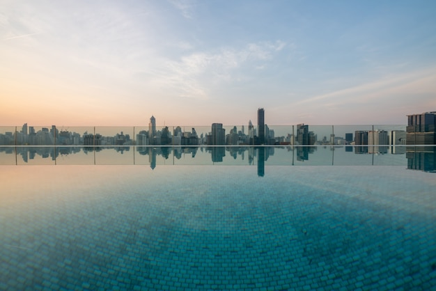 Stadsgezicht en hoogbouw in metropoolstad met waterreflectie