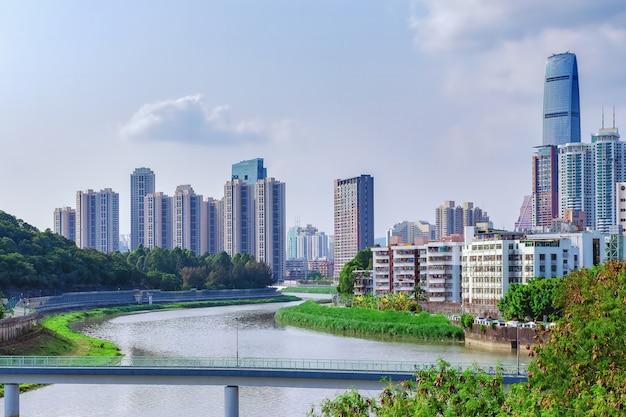 Stadsgezicht en skyline met rivier en wolkenkrabbers.